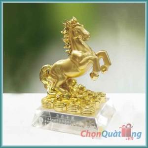 Ngựa vàng đế pha lê